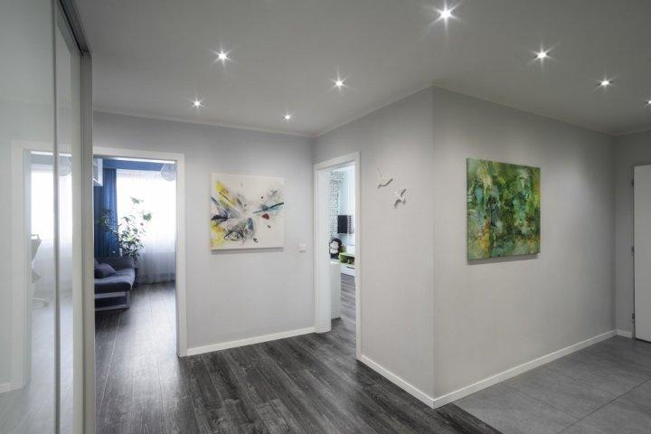 Byt s šedou podlahou - vstupní chodba