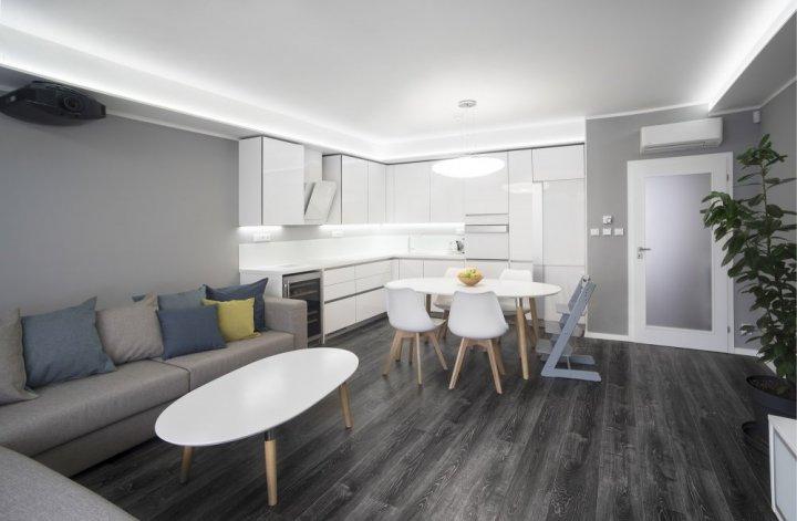 Byt s šedou podlahou - obývací pokoj