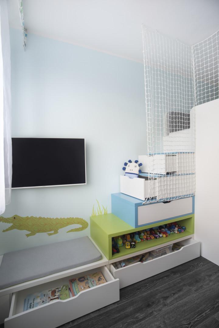 Dětský pokoj pro dva brášky - úložný prostor ve schodišti