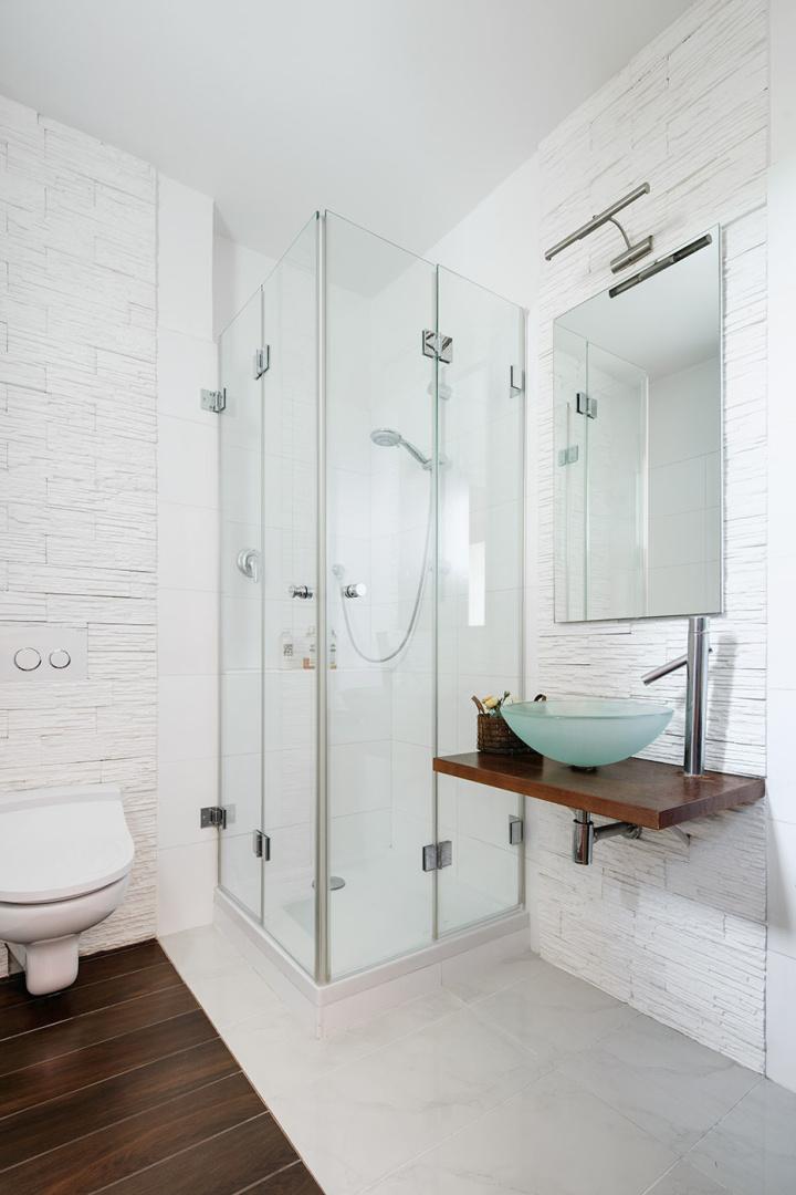 Interiér koupelny se sprchovým koutem