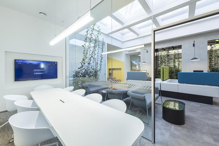 Průhled ven z jednací místnosti působí jako barevný obraz při zachování dostatečného soukromí pro jednání