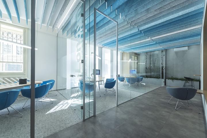 Prosklené stěny poskytují diskrétní prostor pro jednání, aniž by působily stísněně