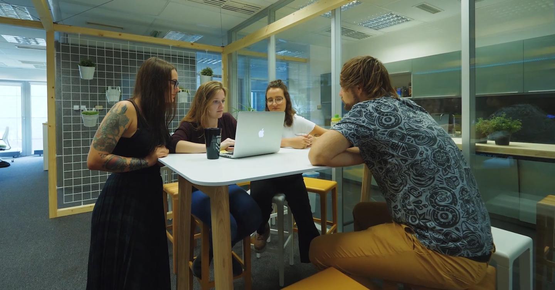 Jak můžou interiér kanceláří podpořit potkávání spolupracovníků a týmu