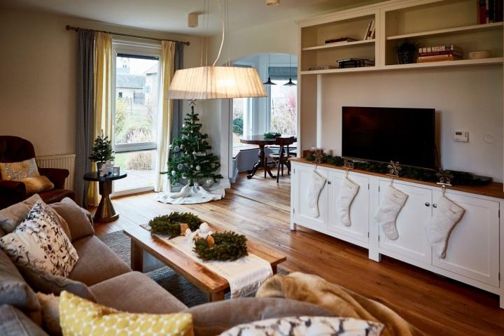 Vánoční interiér obýváku a kuchyně