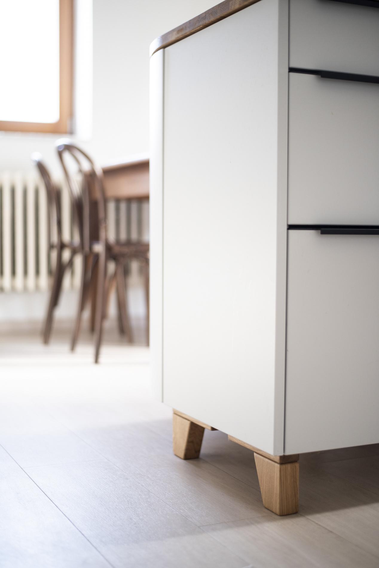 Podlaha v kuchyni je nová vinylová. V truhlářství Samšiňák vyrobili na míru dubovou podnož pod ostrůvek, který proto působí vzdušněji. Thonetky u jídelního stolu sehnala majitelka v bazaru.