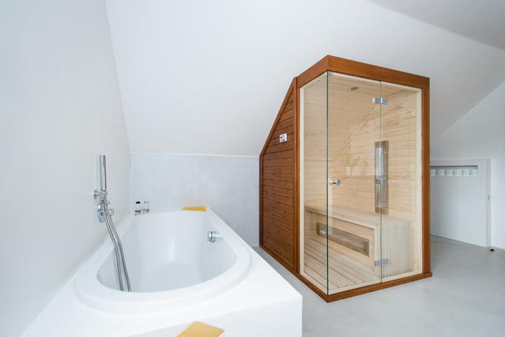 Z obyčejné koupelny relaxační místnost se saunou