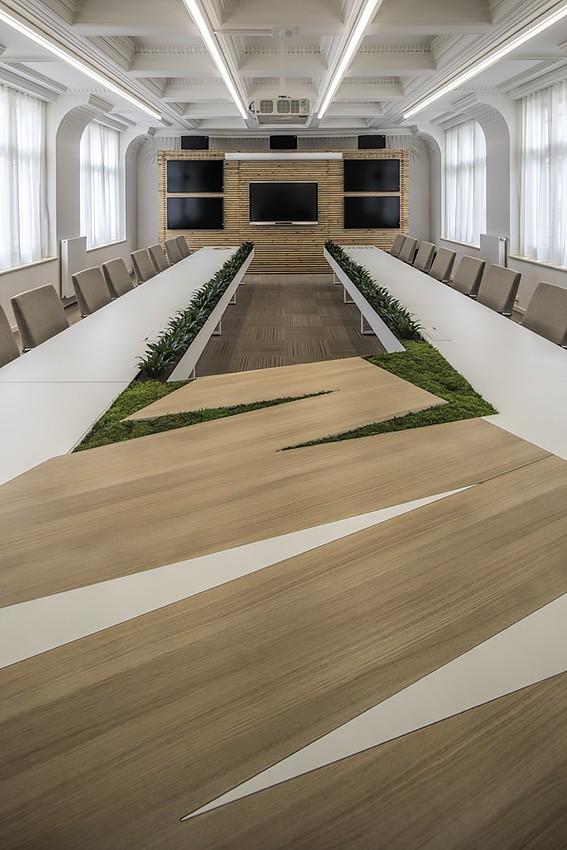 Interiér zasedací a konferenční místnosti s interiérovou zelení a audiosystémem