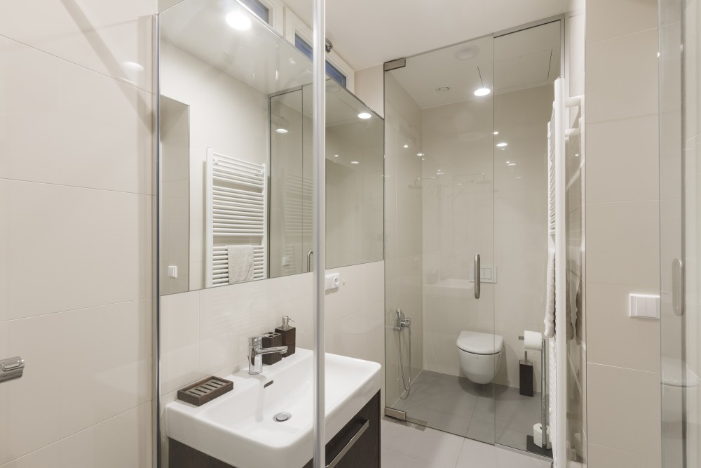 Interiér koupelny v malém bytě - garsonce